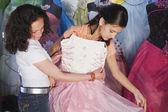 Chica hispana probandose Vestido de quinceañera — Foto de Stock