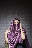 Middle Eastern woman wearing head scarf — Stockfoto