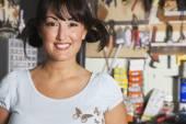Midden-oosten vrouw in home workshop — Stockfoto