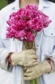 Hispanic woman holding cut flowers — Stock Photo