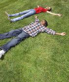 África mãe e filho deitado na grama — Fotografia Stock
