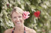 женщина с цветком в волосах — Стоковое фото