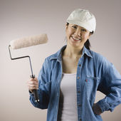 Asian woman holding paint roller — Foto Stock