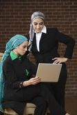 Middle Eastern businesswomen looking at laptop — 图库照片