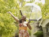 Afrikansk kvinna under paraply — Stockfoto