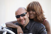 Multi-ethnischen paar auf motorrad — Stockfoto