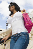 Hispanic woman holding purse — Stock Photo
