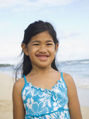 Pacific Islander girl at beach — Stockfoto