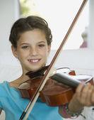 Hispanic girl playing violin — Stock Photo