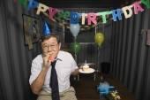 Starszy azjatycki biznesmen w obchody urodzin — Zdjęcie stockowe