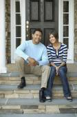 Hispanic father and daughter sitting on porch steps — Stock Photo