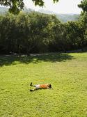 亚洲男孩躺在草 — 图库照片