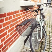 Red bicycle in the city  — Stockfoto