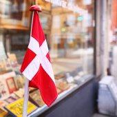 Obchod fasáda s dánskou vlajkou — Stock fotografie