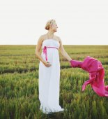 Portrat of  young pregnant woman in a white greek dress  — Foto de Stock
