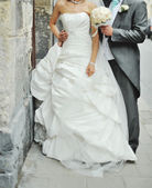 Newlywed couple on the street — Stock Photo