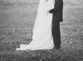Brautpaar händchen. — Stockfoto