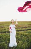 Portrat van jonge zwangere vrouw in een witte Griekse jurk — Stockfoto