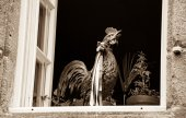 Open window decorated with French rooster figurine — Stock fotografie