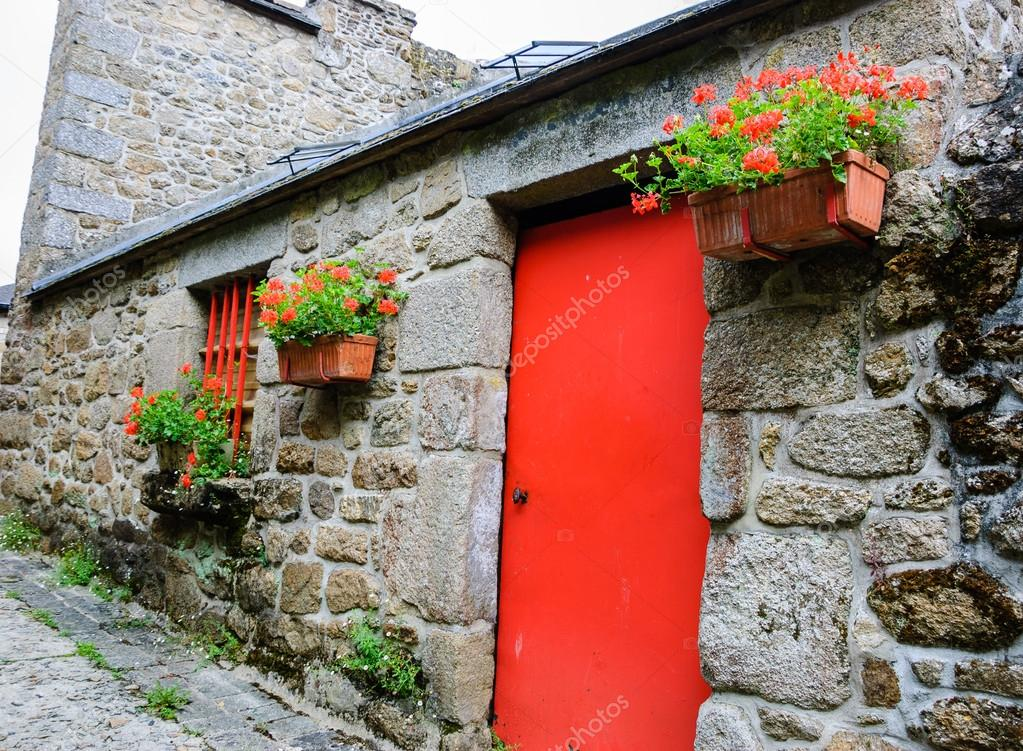 Vieille maison en pierre avec porte rouge photographie for Vieille maison en pierre
