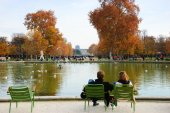A couple rest in Tuileries garden near Louvre museum. — Stock Photo