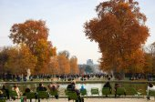 Tourists and Parisians rest in Tuileries garden — Stock Photo