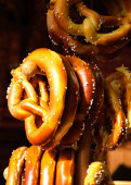 Pretzels hanging on stand at Christmas food market — Stock fotografie