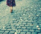 Female legs on Parisian cobblestone street — Stock Photo