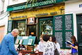 Tourists near the Shakespeare and Company bookstore and library — Stock Photo