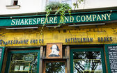Shakespeare and Company bookstore and library — Stock Photo