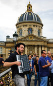 Musician plays accordion on Love Locks bridge — Stock Photo