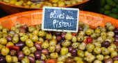 Mix Olives in Provencal variation of Pesto sauce — Stock Photo