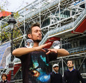 Juggler with crystal balls shows his art to the public — Stock Photo