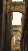 Arches over the narrow street — Stock Photo