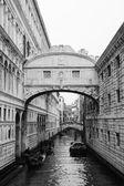 Gondolas floating on canal towards Bridge of Sighs — Stock Photo