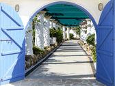 открытые двери арка с доступом к аллее — Стоковое фото