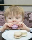Little boy eating cake — Stock Photo