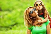 šťastná rodina baví. holčička s dlouhé hnědé vlasy a její máma — Stock fotografie