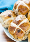Hot cross Buns on a plate — Stock Photo