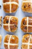 Hot cross buns, Ariel view of spiced sweet bread — Stock Photo