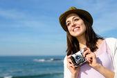 Funky kadın alarak resmi sahil seyahat için — Stok fotoğraf