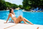 Молодая женщина позагорать и отдохнуть в бассейне курорта — Стоковое фото