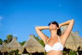 Vrouw genieten van tropische resort Caribische vakantie — Stockfoto