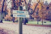 Arrows pointing two opposite directions towards Winter and Summe — Stock Photo