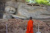 Child Monk Viewing Giant Reclining Buddha, Sri Lanka — Stock Photo