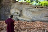 Sri Lankan Monk Viewing Stone-Carved Reclining Buddha — Stock Photo