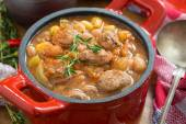 Vegetable stew with sausages in a pan, close-up — Stock Photo