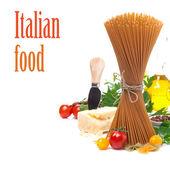 цельнозерновые спагетти, помидоры, оливковое масло и пармезан, изолированные — Стоковое фото