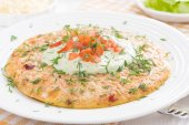 Диетический омлет с морковью, помидоры и зеленый йогуртовым соусом — Стоковое фото
