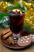 Natal mulled vinho com especiarias e cookies de chocolate — Fotografia Stock